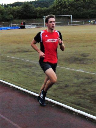 Moritz Knaust verbesserte sich im 1500m-Lauf der U23 auf 4:36,00 Minuten. Foto: nh