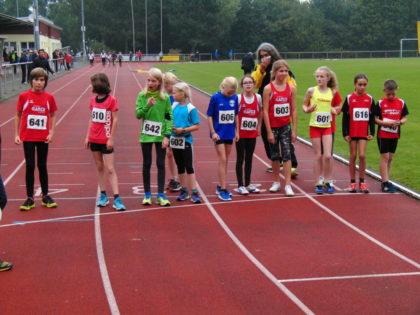 Start zum 2000m-Hindernislauf der U12 mit Alessia Oglialoro und Aaron Wicke (ganz links). Foto: nh