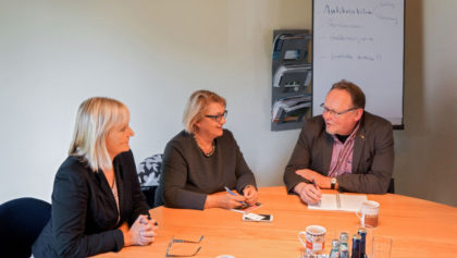 Tiermast und Antibiotika. Dr. Bettina Hoffmann (Grüne), Kordula Schulz-Asche (MdB der Grünen, Mitglied im Gesundheitsausschuss des Bundestags) und BI-Sprecher Andreas Grede diskutierten. Foto: nh