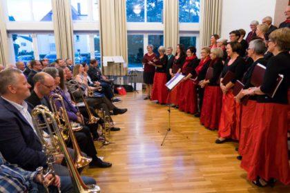 Der Chor Cantare musica und die Musiker des Posaunenchores. Foto: Markus Shakals