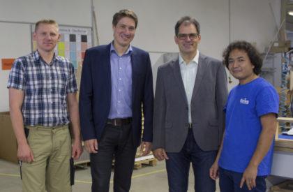 Abteilungsleiter Alexej Grewe, Hombergs Bürgermeister Nico Ritz, Geschäftsführer Ralf Ehring und Feda Kazemi (v.l.) in der Produktionshalle der Ehring GmbH. Foto: Pfeil