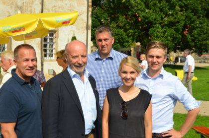 Über das gelungene Sommerfest freuten sich ganz besonders der Landtagsabgeordnete Jürgen Lenders, Staatsminister a.D. Dieter Posch, FDP-Kreisvorsitzender Nils Weigand, Kreis-Fraktionsvorsitzende und FDP-Landespräsidiumsmitglied Wiebke Knell sowie Bundestagskandidat Elias Knell. Foto: Reinhold Hocke