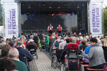 Die Wildecker Herzbuben auf der Bühne. Foto: Hephata
