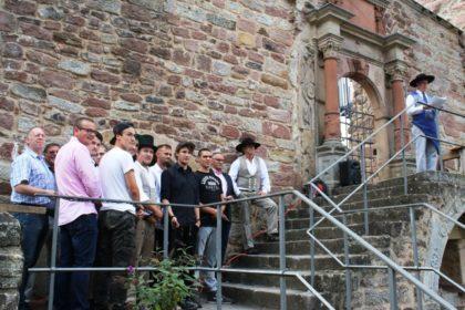 Ehrenlandesobermeister Holger Rode (re.) leitete die Zeremonie zur Gesellenfreisprechung. Foto: Kreishandwerkerschaft Schwalm-Eder