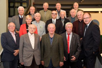Die genannten Jubilare aus dem Schwalm-Eder-Kreis. Ganz vorne im Bild stehen Gunter Kartner (Bildmitte links, 65 Jahre Mitgliedschaft, Körle) und Ernst Hanke (Bildmitte rechts, 70 Jahre Mitgliedschaft, Edermünde). Mit im Bild sind zudem Festredner Stefan Körzell (rechts unten) sowie der Erste Bevollmächtigte der IG Metall Nordhessen, Oliver Dietzel, und die Zweite Bevollmächtigte der IG Metall Nordhessen, Elke Volkmann. Foto: Martin Sehmisch