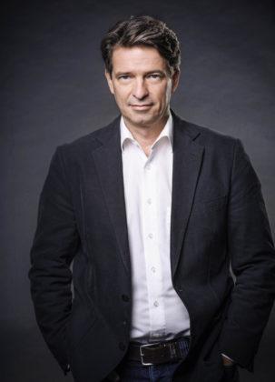 Moderator Robert Hübner. Foto: HR/Ben Knabe