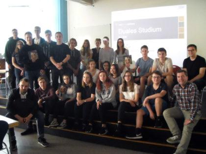 Christian Gonder (Dualer Student), Schüler des Schwalmgymnasiums und Andreas Göbel (Verantwortlicher für die Berufsorientierung am Schwalmgymnasium). Foto: nh