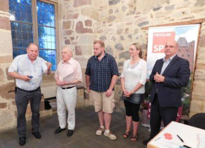 Michael Kreutzmann (Vorsitzender SPD-Stadtverband Fritzlar), Walter Körber, Tobias Goldmann (Vorsitzender SPD-Ortsverein Fritzlar), Carina Jäger (Stellvertretende Vorsitzende SPD-Stadtverband Fritzlar) und Dr. Edgar Franke (MdB, Vorsitzender SPD-Unterbezirk Schwalm-Eder) (v.l.)