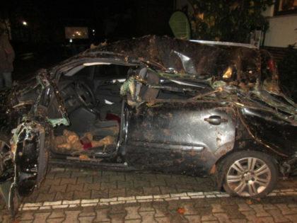 Der voll beladene Rübenanhänger kippte auf einen geparkten Opel Zafira und zog diesen noch zirka fünf Meter mit sich. Foto: Polizeipräsidium Nordhessen/obs