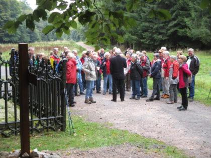 Wandern auf den Spuren Martin Luthers. Die Gruppe am Denkmal der Gefangennahme. Foto: nh