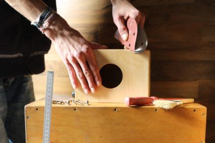 Jugendliche aus Schwalmstadt und Umgebung können bei der Cajon-Werkstatt der Hephata-Jugendhilfe lernen, ein eigenes Trommelinstrument zu bauen. Foto: nh