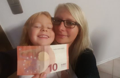 Mit diesem Zehn-Euro-Schein hat Rica Strippel aus Felsberg bei Hit Radio FFH 1.000 Euro gewonnen – der Gewinn kommt in die Familienkasse. Foto: FFH