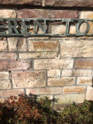Blick auf die Stelle, an der in Oberbeisheim die Gedenktafeln gestohlen wurden. Foto: Polizeipräsidium Nordhessen/obs
