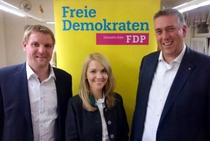 Nils Weigand gratuliert den FDP-Landtagskandidaten Dr. Ralf-Urs Giesen (links) und Wiebke Knell (Mitte). Foto: FDP Schwalm-Eder