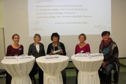 Podiumsdiskussion mit (von links) Miriam Bunjes, Prof. Luise Hartwig (FH Münster), Moderatorin Prof. Hannelore Häbel, Gisela Efers-Dötig (Vitos Teilhabe, Jugendhilfe Wabern) und Dr. Alexandra Geisler (Paul-Gerhard-Werk, Berlin). Foto: nh