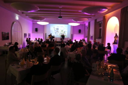 Der Hephata-Kirchsaal wandelte sich zu dem Benefiz-Galadinner in einen Restaurant- und Konzertsaal. Foto: nh