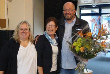 Abschied mit Lachen: Astrid Meyer-Breither, Schulleiterin Standort HSS, Ruth Engeland und Rolf Muster, Rektor der Hephata-Förderschule (von links). Foto: nh