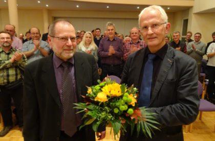Kirchenkreisamtsleiter Gerhard Schmitt nahm in dieser Funktion ein letztes Mal an der Kreissynode Ziegenhain teil. Dekan Christian Wachter dankte ihm für sein Engagement. Foto: nh
