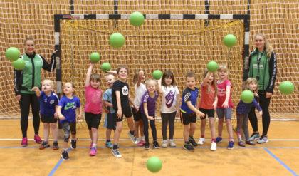 Die Bundesligaspielerinnen der SG 09 Kirchhof haben ein Herz für Kinder: Nach einem fröhlichen Schnuppertraining durften die Kids die grünen Softbälle mit nach Hause nehmen. Foto: SG 09 Kirchhof