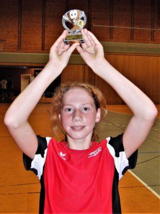 Die 12-jährige Pia Gille (MT Melsungen) präsentierte sich in Heiligenrode in einer glänzenden Form und wurde als Siegerin der W12 mit einem Pokal ausgezeichnet. Foto: nh