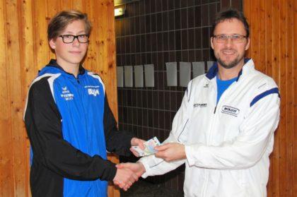 Janik Meyfarth (TSV Wabern) erhielt für seinen Meetingrekord seine erste Prämie aus den Händen von Michael Langhorst. Foto: nh