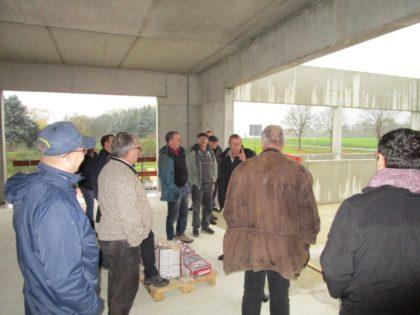 Verdi Ryffel erläutert den SPD-Mandatsträgern das Nutzungskonzept des neuen Feuerwehrstützpunktes in Gudensberg. Foto: nh