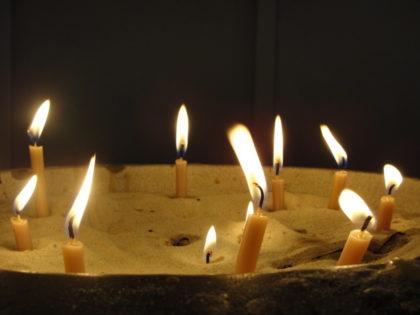 Gedenkkerzen für die Verstorbenen. Foto: nh