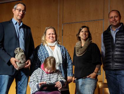 Lions-Präsident Uwe Such, Konrektorin Astrid Meyer-Breither mit Celine, Lehrerin Simone Auth-Purthauf und Eckardt Haaß (v.l.) bei der Übergabe der Spende. Foto: nh