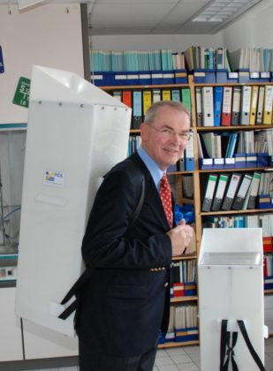 Foto von 2010 einer ersten Begegnungen von Reinhold Hocke mit PAUL an der Uni Kassel. Foto: nh