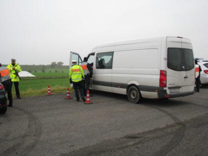Kontrolle eines Kleintransporters am Autobahnende der A 49 bei Neuental. Foto: Polizeipräsidium Nordhessen/obs