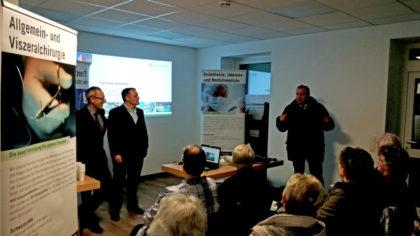 Tour-Finale im vollbesetzten Haus: Dr. Andreas Hettel, Dr. Felix Meuschke und Bürgermeister Klaus Wagner (stehend von links), begrüßten viele Zuhörer im Sozialzentrum Oberaula. Foto: Asklepios