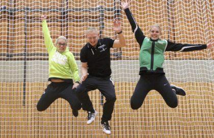 Gut gelaunt freut sich das Kirchhof-Trainerteam auf das nächste Handballcamp. Dionne Visser, Christian Denk und Danique Boonkamp leben Leidenschaft und Emotion vor. Foto: SG 09 Kirchhof