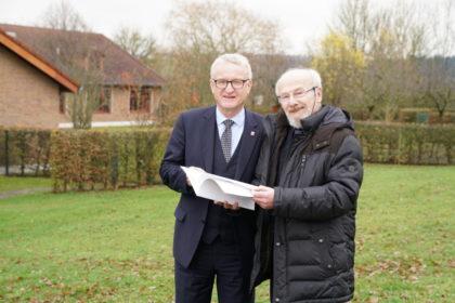Staatssekretär Dr. Wolfgang Dippel überreicht den Bewilligungsbescheid für den Neubau einer Epilepsiestation der Hephata-Klinik. Foto: nh
