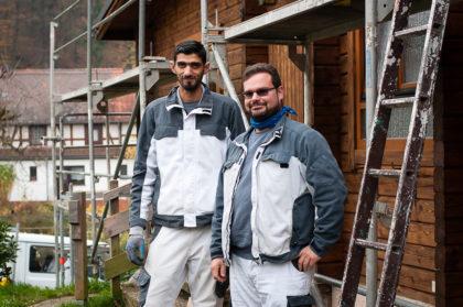 """Omar Lafta (li.) wurde von """"BLEIB in Hessen II"""" beraten und ist jetzt Azubi beim Unternehmer Sprenger. Jens Sprenger (re.) ist froh, ihn im Team zu haben. Foto: Aksana Wagner"""