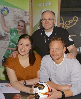 Frederikke Siggaard unterschreibt die Vertragsverlängerung und Berthold und Christian Denk freuen sich mit ihr. Foto: SG 09 Kirchhof