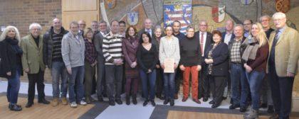Die Vertreter der geehrten Betriebe mit Ersten Kreisbeigeordneten Jürgen Kaufmann, den Vorstandsmitgliedern des Kreisseniorenbeirates und Mitarbeiterinnen der Kreisverwaltung. Foto: nh