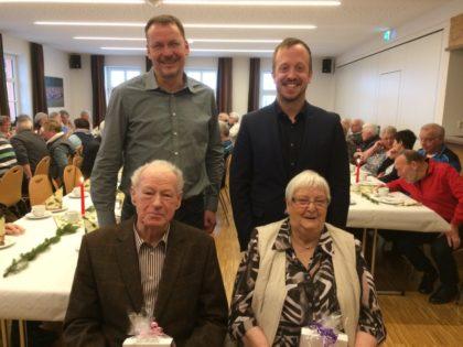 Hinten von links: Bürgermeister Markus Boucsein und Ortsvorsteher Timo Riedemann. Vorne von links: Karl Steuber und Ingeborg Steube. Foto: nh