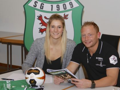 Am 20. Dezember 2017 hat Alena Breiding ihren Vertrag bei der SG 09 Kirchhof unterschrieben. Foto: SG 09 Kirchhof