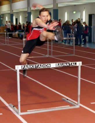 Konstantin Abermet im Sprung über die Hürden. Foto: nh