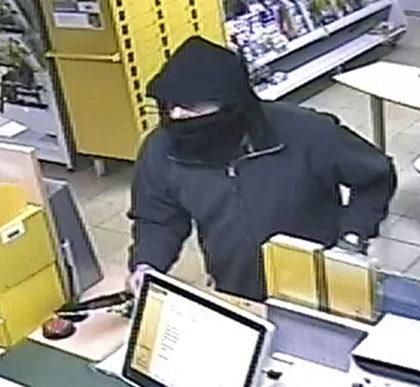 Foto vom versuchten Raub auf einen Buchladen mit Poststelle in Knüllwald-Remsfeld. Foto: Polizeipräsidium Nordhessen/obs