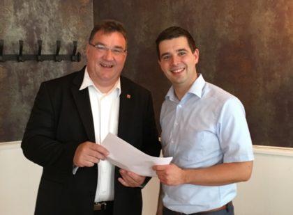 Matthias Wettlaufer hatte Mark Weinmeister (links) auf die vorbildliche Leistung des Vereins aufmerksam gemacht und den Förderantrag persönlich übergeben. Foto: nh