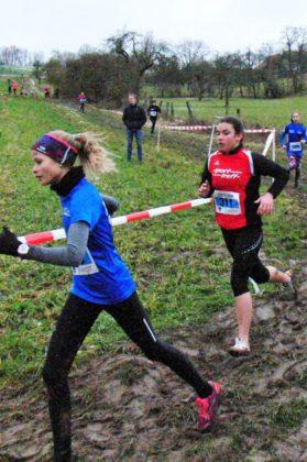 Maja Knaust (rotes Trikot), hing wie eine Klette an Jolina Vaupel und ließ sich erst zum Schluss abschütteln. Foto: nh