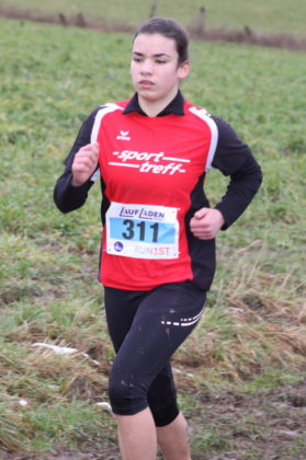 Maja Knaust (rotes Trikot), hing wie eine Klette an Jolina Vaupel und ließ sich erst zum Schluss abschütteln. Foto: Lothar Schattner