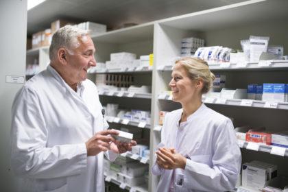 Chefarzt Dr. Jens Zemke und Apothekerin Anna-Lena Kolbe laden ein zum kostenlosen Vortrag über Medikamente. Foto: Studio Blåfield Kassel