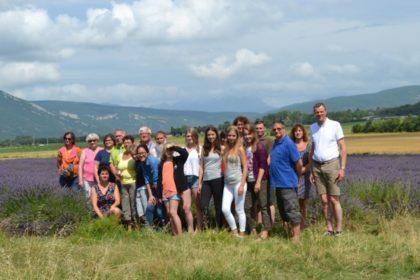 Das Archivbild aus 2016 zeigt die Reisegruppe in einem der für die Region typischen Lavendelfelder. Foto: nh