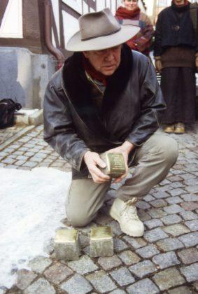 Gunter Demnig im März 2005 in Homberg. Foto: Thomas Schattner