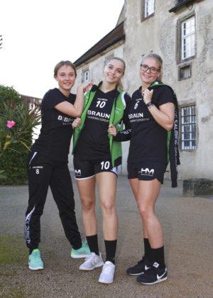 Laura Nolte und Christin Kühlborn freuen sich mit Dionne Visser auf ein weiteres Jahr im Kirchhof-Trikot. Foto: SG 09 Kirchhof