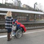 Marion Springs, Mitarbeiterin der Hephata-Behindertenhilfe, und Nadine Moos, Klientin der Hephata-Behindertenhilfe (von links), auf Gleis eins des Treysaer Bahnhofs. Foto: nh