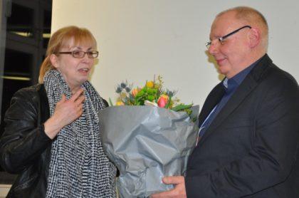 Zum Abschied gab's Blumen: Prof. Dr. Gert Straßer bekam von der Präsidentin der Evangelischen Hochschule Darmstadt, Prof. Dr. Marion Großklaus-Seidel einen Blumenstrauß überreicht. Foto: Hephata