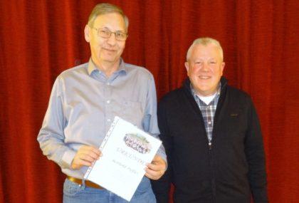 Berthold Preßler, geehrt für 30 Jahre Mitgliedschaft, und 1. Vorsitzender Hans Michelbach (v.l.). Foto: nh